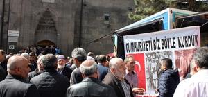 CHP´liler Camii çıkışında vatandaşlara hoşaf ve lokma dağıttı