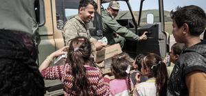 Mehmetçik sevgi gösterisinde bulunan çocuklara süt dağıttı