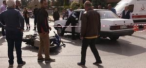 Üç kişinin bulunduğu motosiklete otomobil çarptı: 4 yaralı