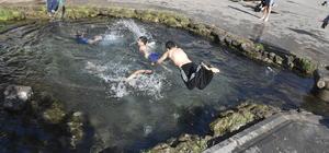 Diyarbakır'da mart güneşinde çocukların havuz keyfi