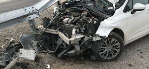 Virajı alamayan otomobil, bariyerlere saplandı