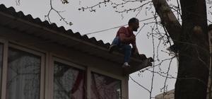Mahalleli sevmiyor diye çatıya çıktı