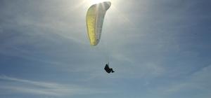 Çatışmalarla anılan Namaz Dağı'nda paraşüt keyfi