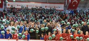 İzmit'te 10 bin öğrenciye basketbol topu dağıtıldı