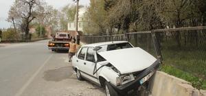 Otomobil mezarlık duvarına çarptı: 1 yaralı