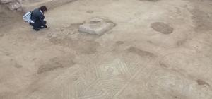 Restoratörler mozaiği inceledi