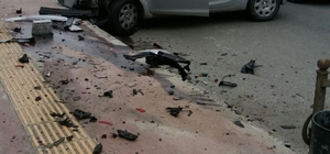 Otomobil okul servis aracına çarptı: 1 yaralı