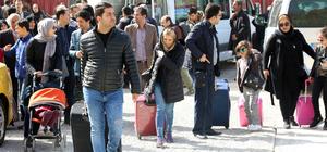 İranlı turistlere karanfil ve halaylarla karşılama