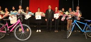 Başkan Çelikcan'dan başarılı öğrencilere bisiklet