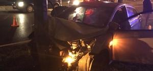 Samsun'da otomobil direğe çarptı: 2 ağır yaralı