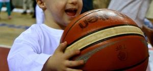 Down sendromlu çocuklar basket attı