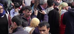 Bingöl'deki nevruzda 'bozkurt işareti' yapan 2 genç kız alandan çıkarıldı