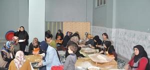 AK Partili kadınlar Mehmetçik için mantı açtılar