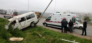 Kocaeli'de işçileri taşıyan minibüs direğe çarptı: 5 yaralı