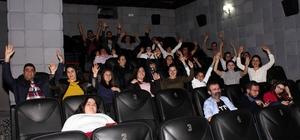 Down Sendromlu çocuklarla birlikte sinemaya gittiler