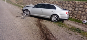 Otomobil istinat duvarına çarptı: 2 Yaralı