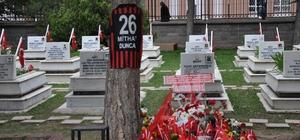 Şehit Binbaşı'nın eşine Erdoğan'ın mektubu teslim edildi, mezarına Eskişehirspor forması örtüldü