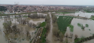 Tunca Nehri Sarayiçi'ni su altında bıraktı