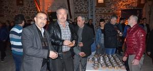Sivrihisar Belediyesi Regaip Kandili'ni eda eden vatandaşlara tatlı ikram etti
