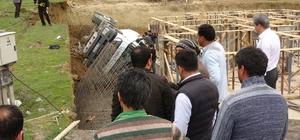 Toprağın kaymasıyla devrilen beton mikserinin sürücüsü yaralandı