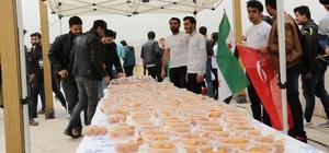 Suriyeli öğrenciler 'Afrin Zaferi' için lokma dağıttı