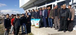 Ağrı'da çiftçilere yonca tohumu dağıtıldı