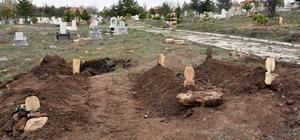 Şarkışla'daki katliamda ölen aynı aileden 3 kişi, yan yana toprağa verildi