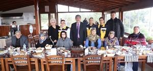 Burhaniye'de yaşlılar kahvaltıda buluştu