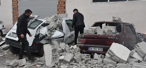 Sivas'ta fırtınada duvar yıkıldı; araçlar hasar gördü