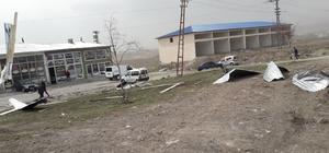 Kars'ta rüzgar çatıları uçurdu