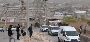 Temizlik görevlisi, okul yoluna tuzaklanan bombayı buldu