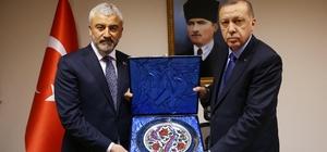 Cumhurbaşkanı Erdoğan'dan Enver Yılmaz'a plaket