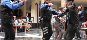 Polisler, yaşlılarla dans edip, oynadı