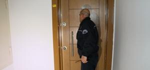 2 saat tuvalette mahsur kalan yaşlı adamı polis kurtardı