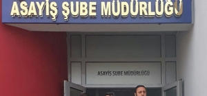 """""""Açık ışık"""" cinayetinin firari hükümlüsü yakalandı Adana'da 12 yıl önce iş yerinin ışığını açık bıraktığı için kendisiyle tartışan dükkan sahibini ve bir oğlunu yaralayıp diğer oğlunu ise öldürdüğü için 24 yıl 8 ay hapis cezası aldıktan sonra 2016 yılında cezaevinden kaçan hükümlü polis tarafından yakalandı"""