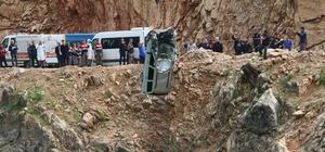 Gölete uçan otomobildeki baba ve çocukların cesedine ulaşıldı Eşini ve çocuklarını kaybeden Rukiye Hoşça sakinleştirilmek için ambulansta tedavi altına alındı Vatandaşlar kurtarılma anını cep telefonuyla görüntüledi