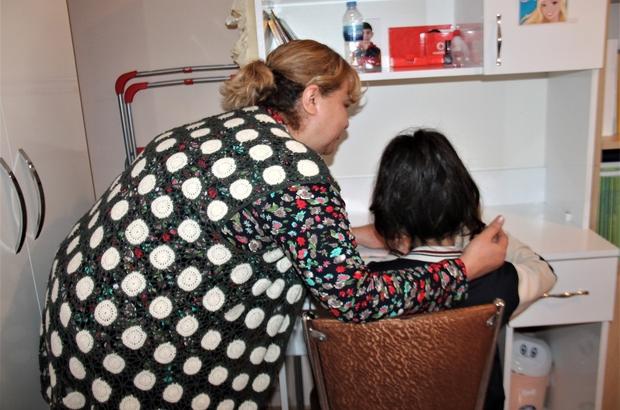 Koruyucu aileyle hayatı değişti Elazığ'da Sebahattin ve Seher Tekin çifti, hiç kız çocukları olmadığı için koruyucu ailesi olduğu yüzde 25 zihinsel engelli 11 yaşındaki Buse'nin hayatını değiştirdi 3 yıldır Tekin ailesinin koruması altında olan Buse, engellerini aşarak tedavide büyük aşama kat ederek, doktorları tarafından ilaç kullanımı da kesildi