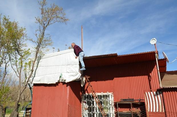 Telefonu göndere çekerek konuşuyor Tunceli'nin Çemişgezek ilçesine bağlı bir köyde çiftçilik yapan Uğur Güler, evinin çatısına diktiği bayrak direğine telefonunu çorap ile yukarı çekerek bluetooth kulaklıkla görüşmesini yapıyor Köy sakinleri de, Güler'in bulduğu yöntemden acil ihtiyaçları olduğu zamanlarda yararlanıyor