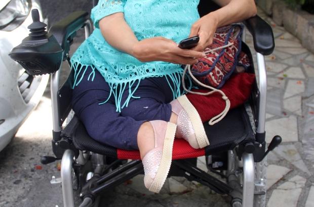 """Kapkaç mağduru engelli kız: """"İnsanlık var zannediyordum ama ölmüş"""" Adana'da tekerlekli sandalyesiyle evine giderken arkasından yakalaşan bir kişinin cep telefonunu çalmasıyla şoka giren ve ağlayan """"cam kemik"""" hastası engelli genç kız, """"Çok korkuyorum artık dışarı çıkamıyorum. Ben insanlık var zannediyordum ama insanlık ölmüş"""" diye gözyaşı döktü Radyoda program yapan, emekli polis kızı Ayşe Cingöz, ailesinin kendisini hiç ağlatmadığını ancak kapkaççı yüzünden ilk kez ağladığını belirterek, """"Telefonum benim özgürlüğümmüş, özgürlüğüm elimden gitti"""" dedi"""
