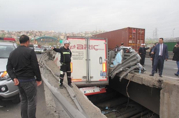 Protokol eşlerini taşıyan minibüs kaza yaptı: 1 ölü, 10 yaralı Kazanın ardından Kocaeli Valisi Hüseyin Aksoy hastaneye koştu TEM otoyolu uzun süre trafiğe kapalı kaldı