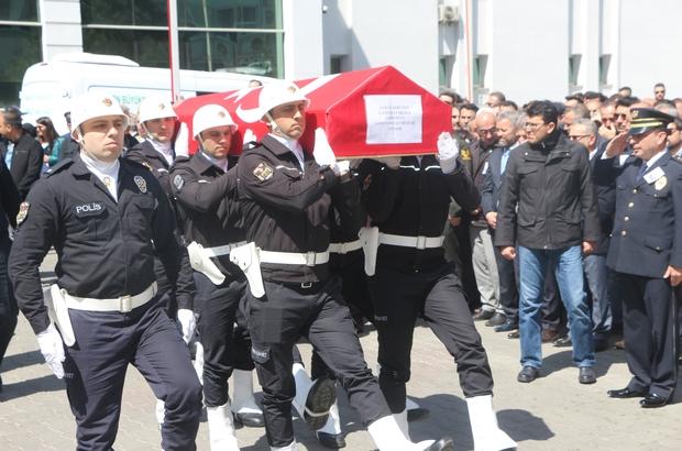 Trafik kazasında hayatını kaybeden Emniyet Müdür Yardımcısı Akduman için tören düzenlendi Törende Emniyet Müdür Yardımcısı Ayhan Akduman'ın eşi ve kızı tabutuna sarılarak gözyaşı döktü