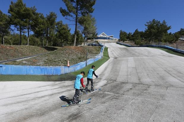 Gaziantep'te 4 mevsim kayak keyfi Erikçe Kayak Merkezi'nde bulunan sentetik pistlerde ziyaretçiler yaz kış kayak yapma imkan buluyor