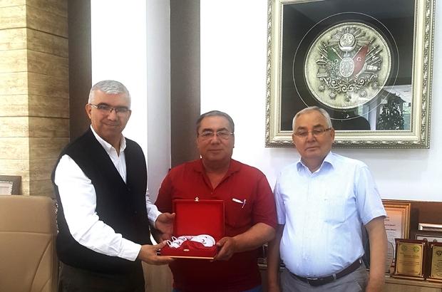 """Kızılay'ın  """"Kocaman yüreklisi"""" 81. kez kan bağışında bulundu Türk Kızılayı Adana Şubesi, 'Ulusal Kan Temini Projesi' kapsamında ülkenin kan ihtiyacını karşılayan gönüllü ve sürekli bağışçılarından Hasan Yüzbaşıoğlu'na hediye ve plaket vererek teşekkür etti."""
