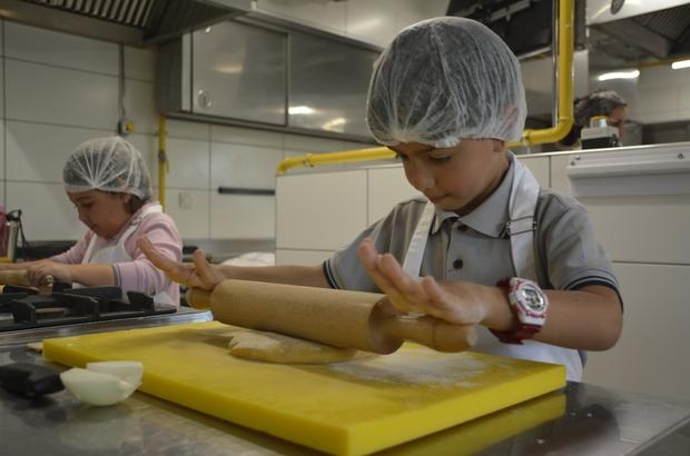 'Minikler Mutfakta' buluştu Turizm öğrencileri çocuklarla bir araya geldi