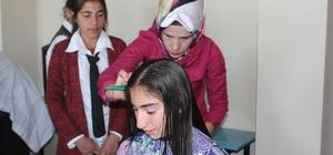 Siverek kırsalındaki kız öğrencilere saç bakımı