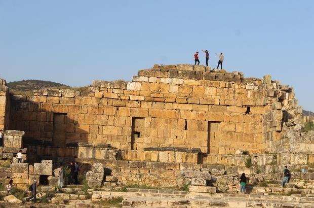 Pamukkale'ye ücretsiz girişler için uzun kuyruk oluştu