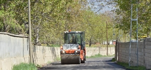 Vali Arslantaş, köy yollarında başlatılan sıcak asfaltlama çalışmalarını yerinde inceledi