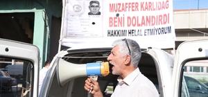 Kendisini dolandırdığını iddia ettiği şahsı sokaklarda megafonla afişe ediyor Adana'da dolandırıldığını iddia eden toptancı, aracının üstüne şahsın nüfus kağıdını yerleştirip, megafonla bağırarak afişe ediyor