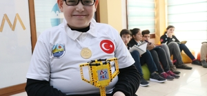 """Robotik yarışmada madalya kazanan engelli öğrencinin azmi Özel eğitim öğretmeni Teslime Kağar: """"Berat'a imkan verildiğinde neleri başarabileceğini gösterdik"""""""