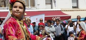 Turistlerden Turizm Haftası etkinliklerine ilgi Turizm Haftasını gören turistler cep telefonlarına sarıldı